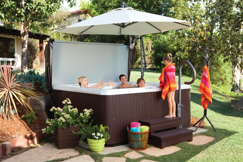 This family made a shady nook for their spa.